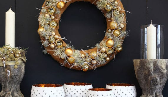 wand-und-tür-deko-mit-weihnachtskugeln-in-form-von-kranz