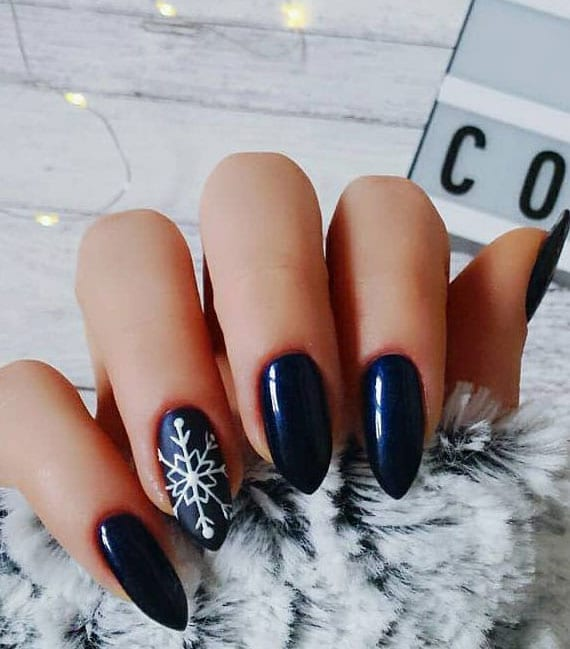 ideen für schönes nageldesign im winter mit schwarzem nagellack in matt und glanz
