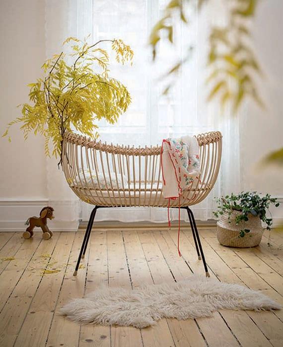 tolles Einrichtungsbeispiel für ein modernes und wohnliches Babyzimmer im Bohemian Style mit echtem holzbodenbelag und designer stubenbett