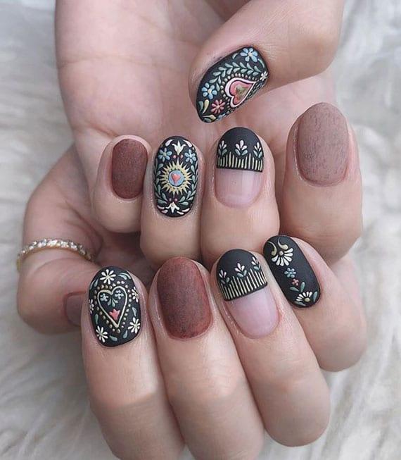 schicke nailart sommer_ boho maniküre in braun und schwarz mit blumen und herz-motiven