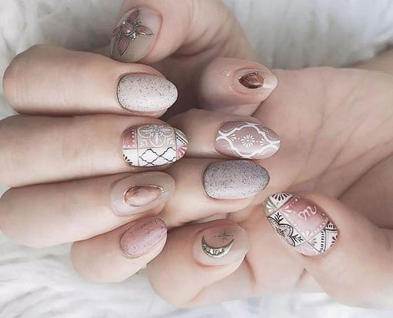 nagel styling in beige_coole idee für sommer maniküre mit boho akzenten