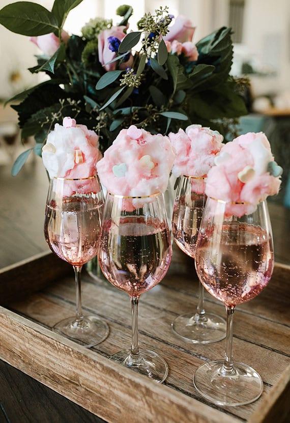 party rose cocktail mit Zuckerwatte, Glitzer-Streusel und Herz Bonbons