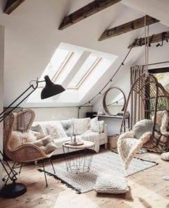 gemütliche-und-elegante-wohnzimmererinrichtung-mit-modernen-Rattanmöbeln-wie-der-beliebte-Rattan-Egg-Sessel