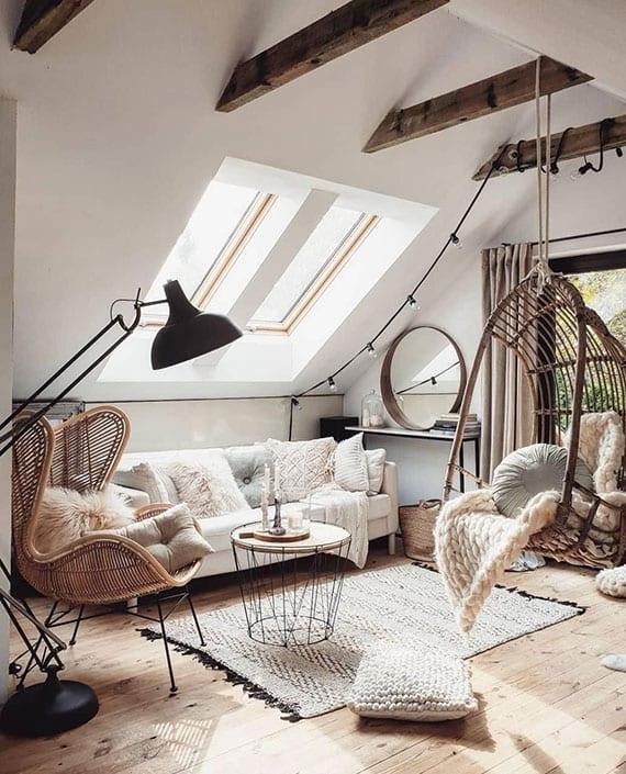 kleine dachwohnung wohnlich und modern einrichten mit weißem sofa und modernen flechtwerk möbelstücken wie ein hängessessel