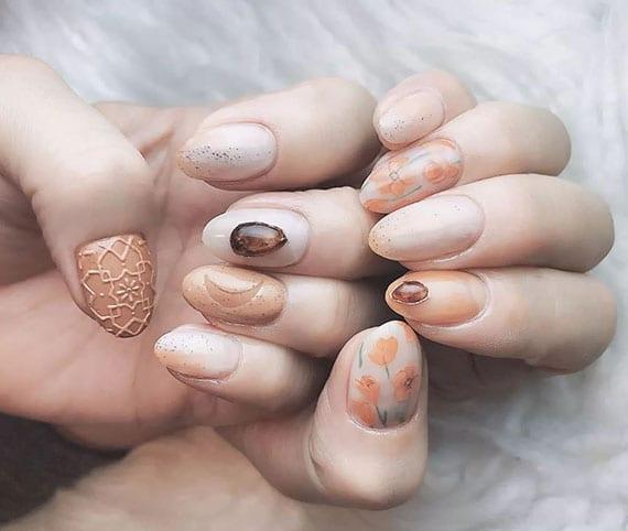 natürliche maniküre in nude farben mit 3d Nageldesign