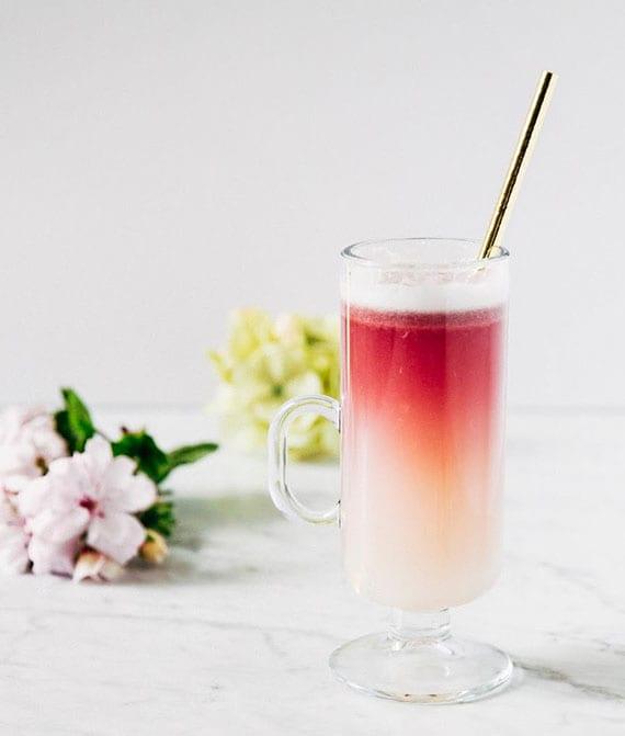 kreatives cocktailrezept für rotwein gin sour mit holunderlikör, eiweiß und zitronensaft