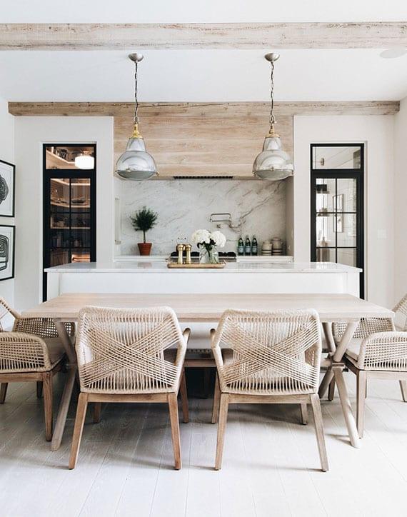 schöne einrichtungsidee für küche mit weißem holzboden, schwarzen glastüren und holuesstisch mit modernen rattanstühlen