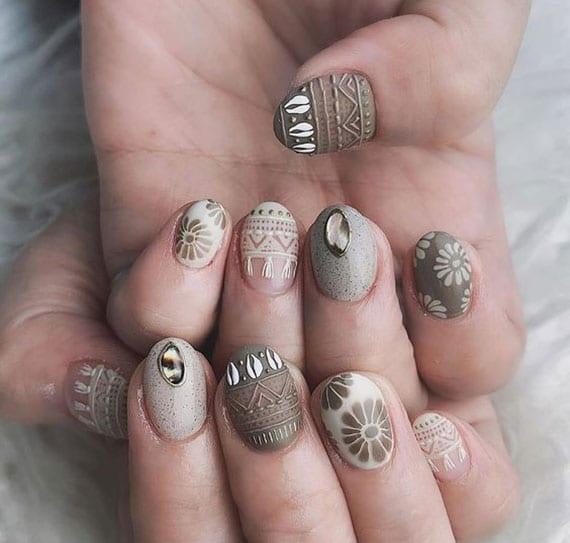 kurze fingernägel kreativ gestalten in grün und beige
