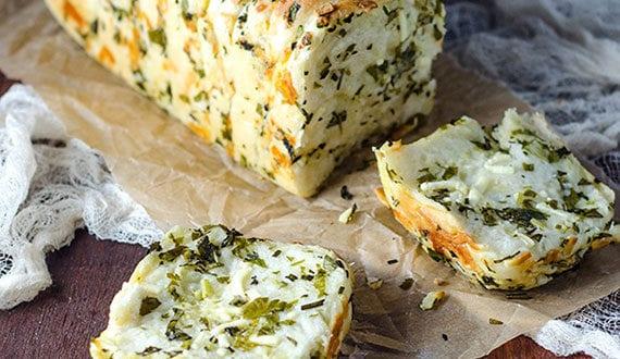 leckeres-Käse-Knoblauch-Kräuterbrot-selber-backen-im-Backofen