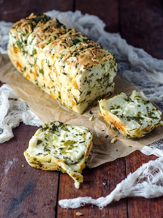 leckeres Rezept für Knoblauchbrot mit Käse und Kräutern zum Selberbacken