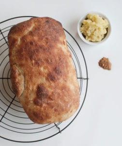 leckeres-brot-selber-backen-im-Backofen_brotrezept-mit--zwiebel-und-kartoffeln