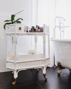 rattanmöbel-im-bad_attraktive-badezimmer-einrichtung-im-klassischen-stil