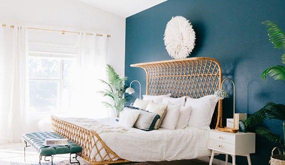 rattanmöbel-im-schlafzimmer_reizvolle-raumgestaltung-im-boho-wohnstil-mit-bett-aus-rattan