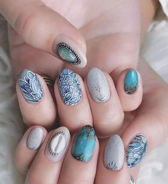 schöne nägel im boho-look als idee für effektvolle sommer maniküre in weiß und blau