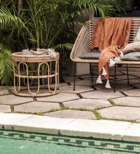 stilvolle-gartengestaltung-mit-schwimmbecken,-hexagon-gartenfliesen-und--modernen-rattanmöbeln-am
