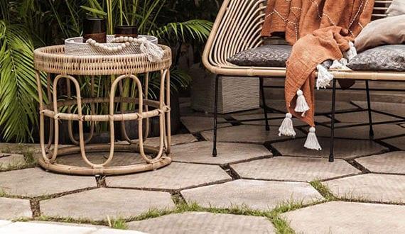 stilvolle-gartengestaltung-mit-schwimmbecken,-hexagon-gartenfliesen-und–modernen-rattanmöbeln-am