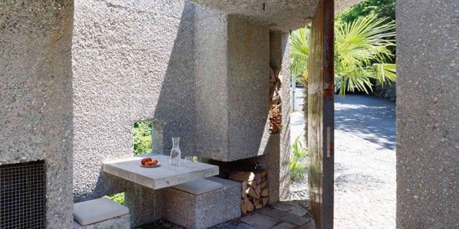 Casa-Dem_ein-wohnhaus-als-betonbau-mit-gepflastertem-und-überdachtem-eingangshof