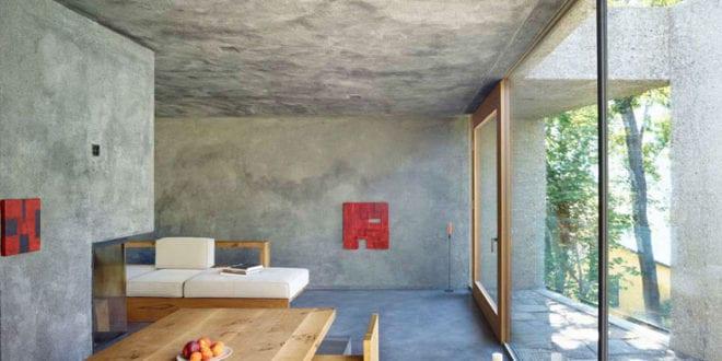 Casa-Dem_modernes-haus-als-monolitischer-betonbau-mit-blick-vom-wohnbereich-auf-zwei-innenhöfe