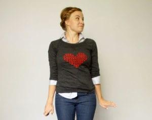 DIY-Bluse--mit-einem-Kreuzstich-Herz-als-tolle-Geschenkidee-zum-valentinstag