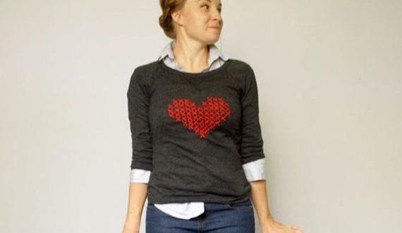 DIY-Bluse–mit-einem-Kreuzstich-Herz-als-tolle-Geschenkidee-zum-valentinstag