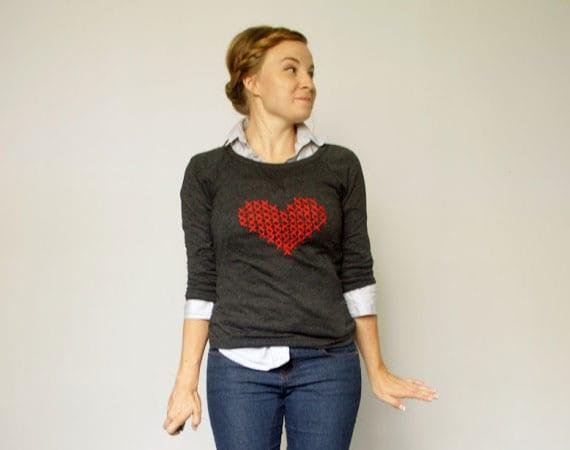 anleitung für diy kreustich-herz auf bluse als cooles DIY valentinstag geschenk für sie
