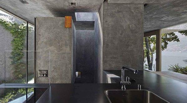 Wohnhaus-in-Caviano—Ein-zurückhaltender-moderner-Betonbau-inmitten-des-Waldes