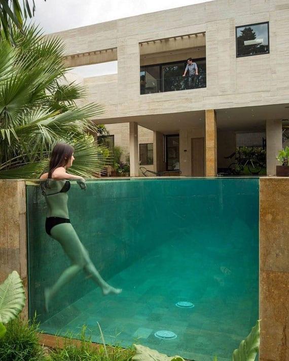 coole gartenoase gestalten durch modernes schwimmbecken mit glaswand als natürliche erweiterung der terrasse