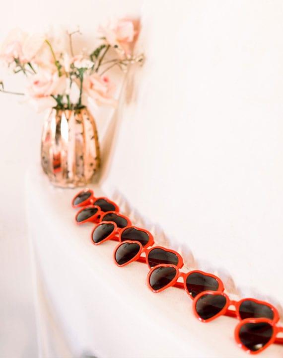 coole deko zum valentinstag mit roten sonnenbrillen in herzform