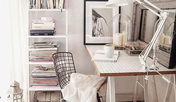 attraktives-interieur-design-für-kleine-schlafzimmer-mit-schreibtisch-unter-dachschräge