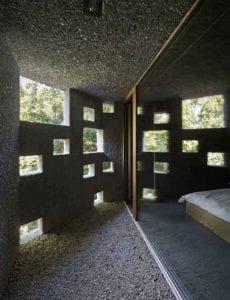 beton-und-licht_modernes-wohnhaus-als-monolitischer-betonbau-mit-lochfassade
