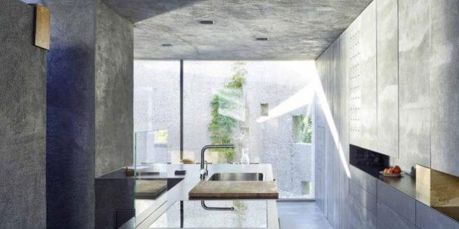 betonhaus-in-caviano-mit-moderner-küche-und-wohnessbereich-in-betonoptik