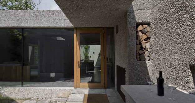 casa-Dem_ein-einfamilienhaus-als-zeitloser-betonbau-mit-kleinem-vorgarten