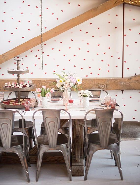 schöne wanddeko idee zum valentinstag mit vielen kleinen rosafarbigen herzen aus papier