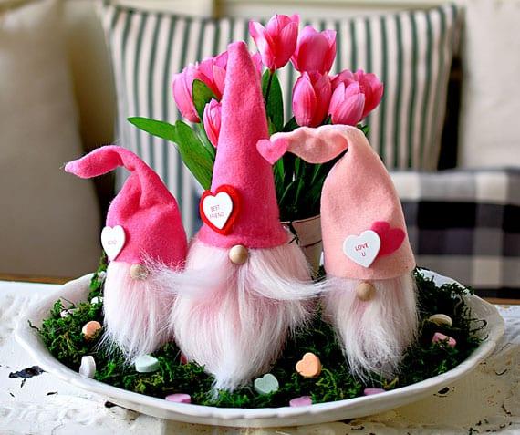 anleitung zum selbermachen von valentinszwerge aus filz und styropor als schöne tischdeko mit frühlingsblumen und moos