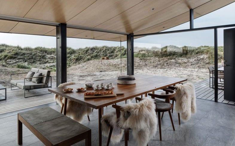 moderne gestaltungsideen für essbereich im eingeschossiges haus mit grauen natursteinfliesen, panoramafenstern, holzdecke und essgruppe mit modernem holzesstisch, retro esszimmerstühlen und holzbank
