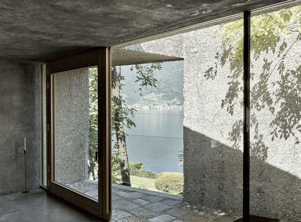attraktive wohnidee für modernes wohnzimmer aus beton mit kleinem hofharten-terrasse und atemberaubendem blick auf see