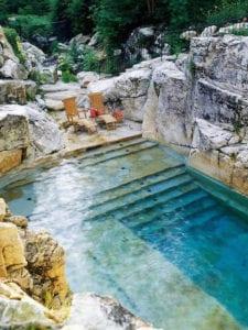 ein-steingarten-mit-pool_ideen-für-gestaltung-einer-richtig-coolen-entspannungsoase-im-garten