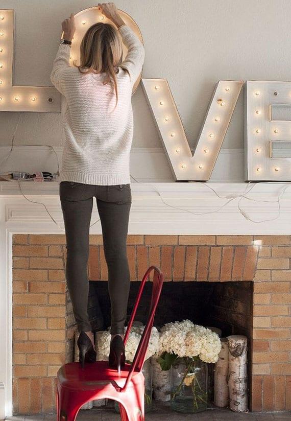 einfache valentinstag wanddekoration über dem kamin mit LED-Lichterbuchstaben