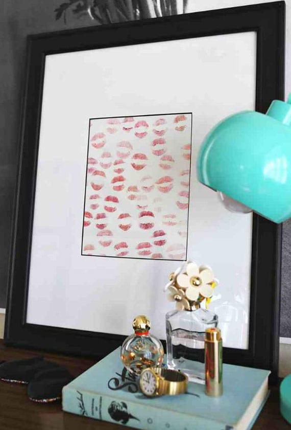 coole deko ideen zum valentinstag_küsse mit verschiedenen Lippenstiften im bilderrahmen setzen