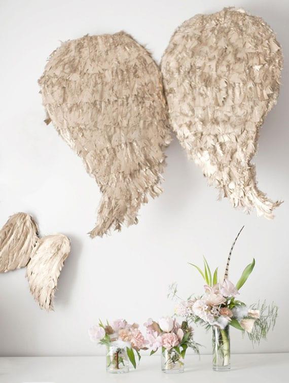 flügel aus federn selber basteln als coole Wanddeko oder Karnavalkostüm