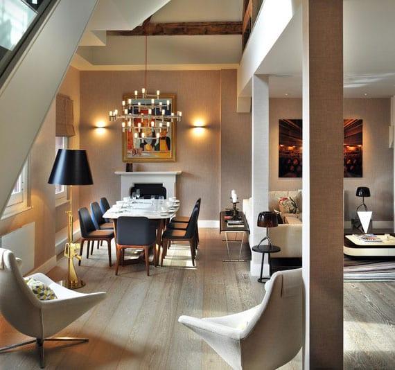 gemütliches ambiente im wohn esszimmer schaffen durch wandleuchte uber kamin, stehlampe gold neben essgruppe mit schwarzen lederstühlen und kleinen tischleuchten in schwarz