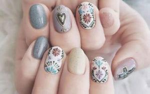 originelles nailart design für kürze nägel