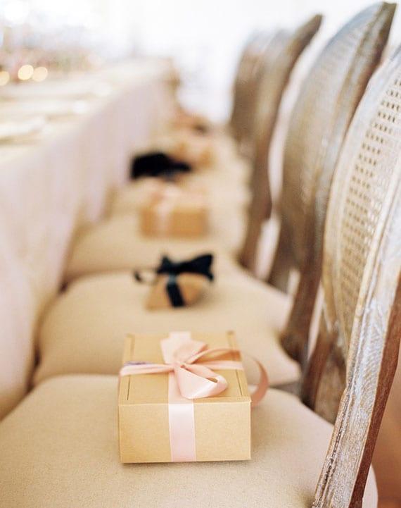 hochzeit geschenkideen für gäste als teil der festlichen tisch- und platzdekoration