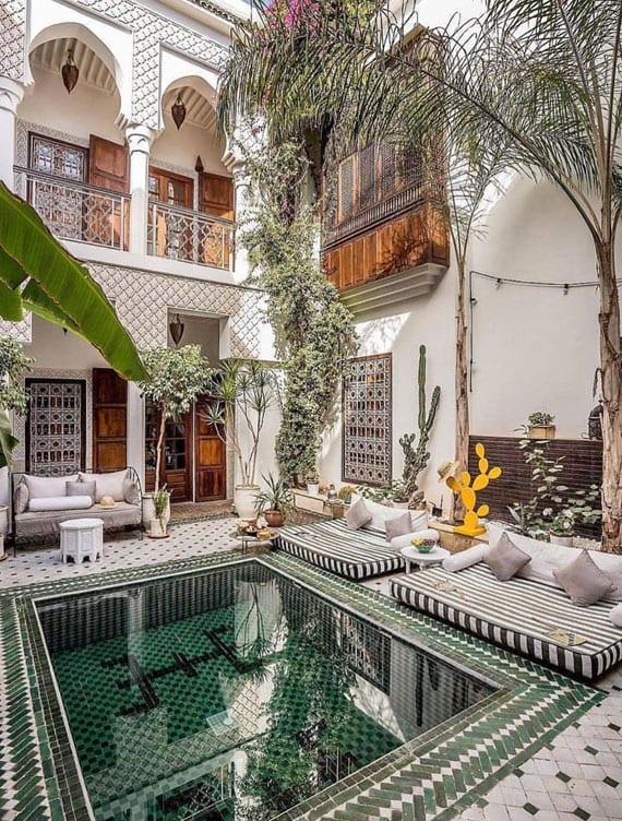 traumgarten im privaten Gästehaus mit kleinem schwimmbecken im hofgarten mit mosaikboden in weiß und grün
