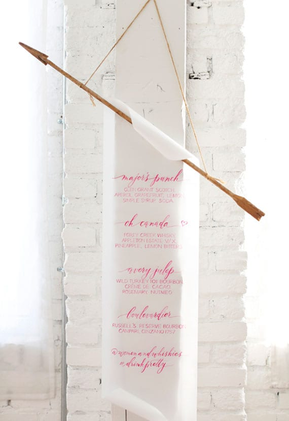 coole party ideen zum valentinstag_Gäste mit einer diy Kalligrafie-Getränkekarte überraschen