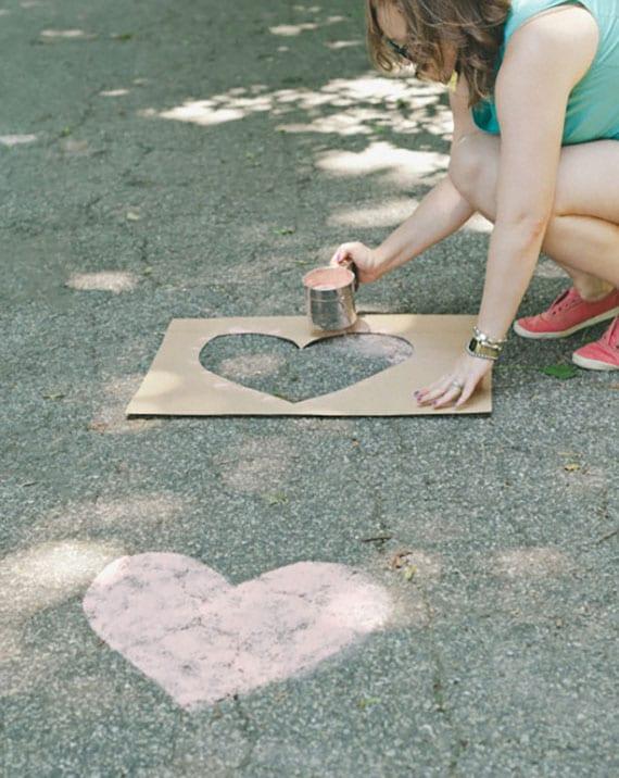 gehweg mit bunten herzen aus mehl selber machen als coole romantische überraschung zum valentinstag