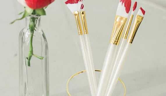 kreative-und-moderne-deko-idee-für-valentinstag-mit-roten-Pinseln-und-eine-Rose-im-glas