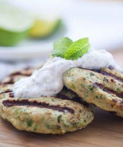 leckere-Rezeptidee-für-Gemüsefrikadellen-mit-Joghurt-und-Sumach-Soße-als-passende-Post-Workout-Mahlzeit