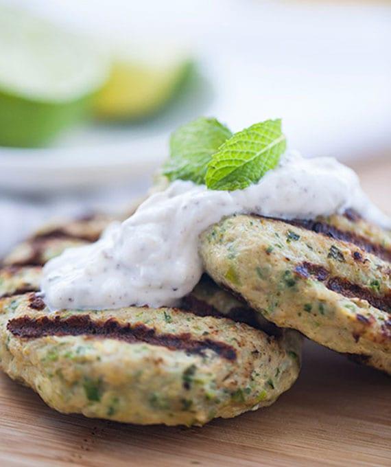 einfaches rezept für leckere Hühnerfrikadellen mit Zucchini, Frühlingszwiebel und Minze-Joghurt-Soße