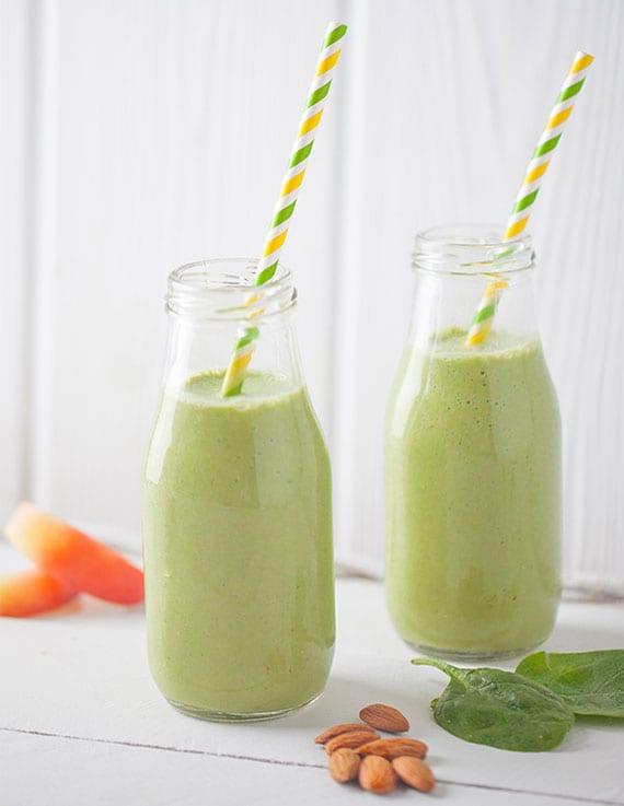 rezept für proteinreiche smoothie mit spinat, mandeln und pfirsich